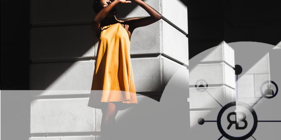 Blockchain et femme en robe jaune avec logo Richard Bulan