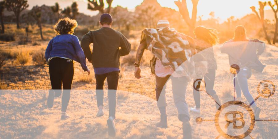 logo Richard Bulan avec gens courant vers le soleil couchant ensemble en signe d'engagement